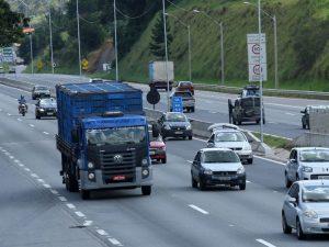 Acidente na Fernão Dias envolve três carretas e um carro