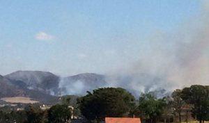 Bombeiros combatem incêndio na Serra da Bocaina em Lavras