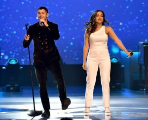 Anitta se apresenta com Nick Jonas em pré-Grammy