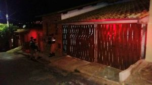 Manifestantes apedrejam casa de família de jovem acusado de agredir ex-namorada, em Lavras